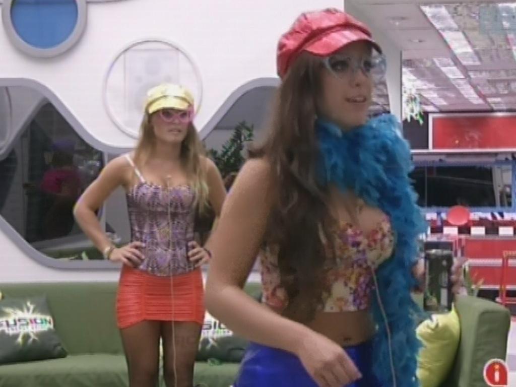 20.mar.2013 - Andressa brinca em tapete de dança que os brothers ganharam antes de festa