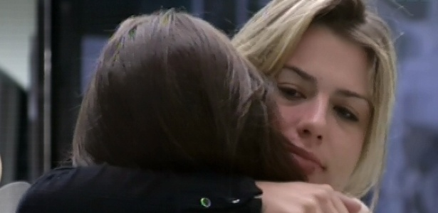 20.mar.2013 - Andressa dá abraço de bom dia em Fernanda em manhã pós-eliminação