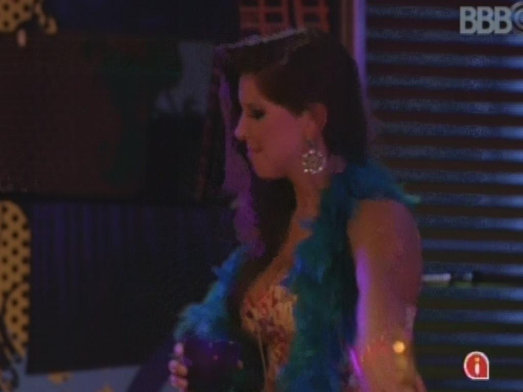 20.mar.2013 - Andressa dança com plumas na festa Crazy