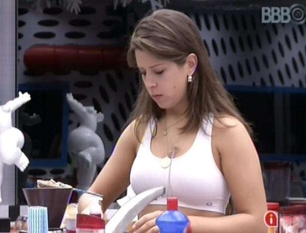 20.mar.2013 - Andressa prepara café na manhã desta quarta-feira