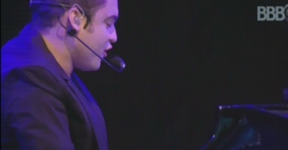 """20.mar.2013 - Ao piano, Fernando toca e canta """"Férias em Salvador"""""""
