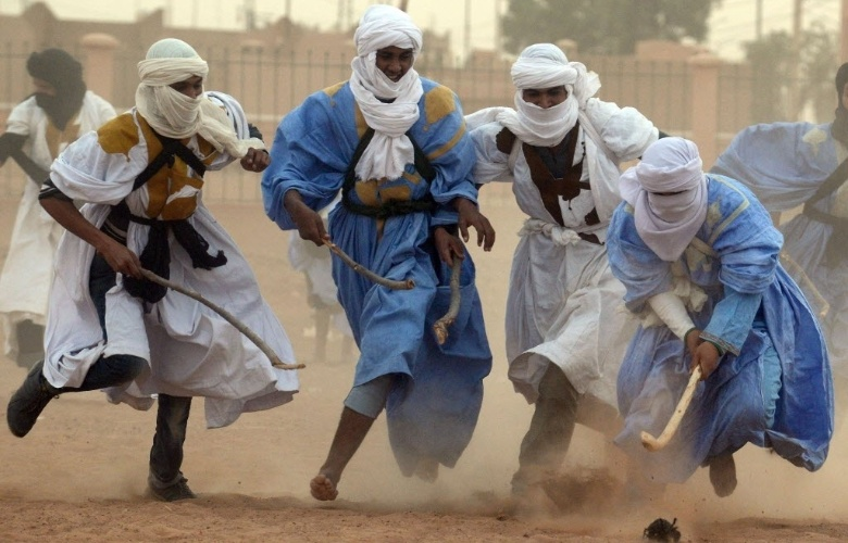 20.mar.2013 - Beduínos disputam partida de hóquei nômade no deserto de M'hamid El Ghizlane, no Marrocos