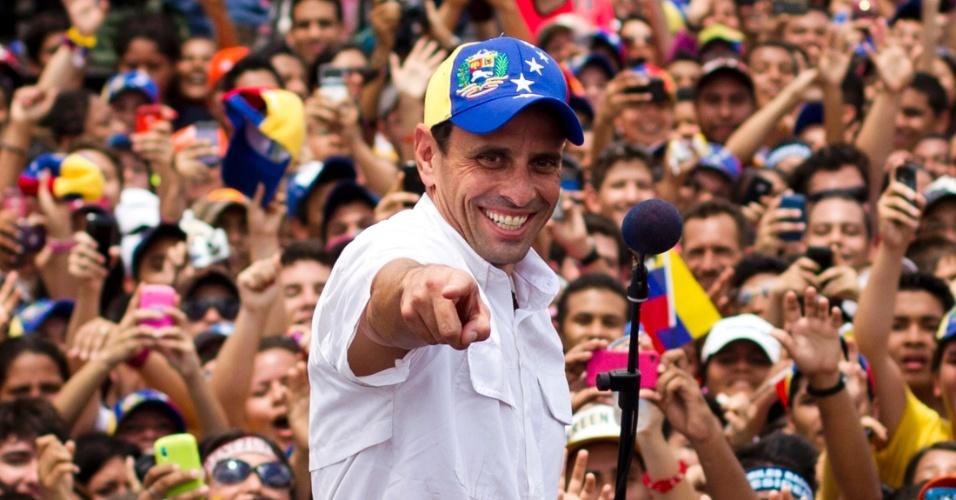 20.mar.2013 - Candidato da oposição à presidência da Venezuela, Henrique Capriles, acena para a multidão durante comício na cidade de Maturin, no Estado de Monagas (Venezuela). Uma pesquisa eleitoral mostra o candidato chavista, Nicolás Maduro, 18 pontos à frente de Capriles