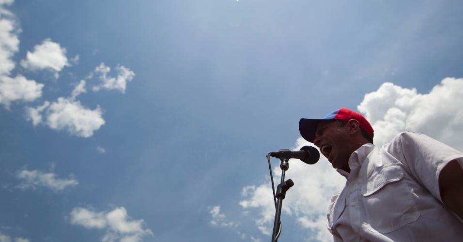 """20.mar.2013 - Candidato da oposição à presidência da Venezuela, Henrique Capriles, discursa em comício na cidade de Maturin, no Estado de Monagas (Venezuela). Capriles afirmou que o candidato rival, o chavista Nicolás Maduro seria """"um ninguém"""" que está pegando carona na memória de Hugo Chávez"""