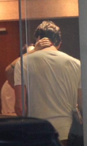 """20.mar.2013 - Cleo Pires trocou beijos com Rômulo Arantes Neto em um shopping do Rio. A atriz se separou do ator João Vicente no final de 2012. Em conversa ao UOL, Cleo disse que sua relação com Rômulo """"não tem rótulos"""""""