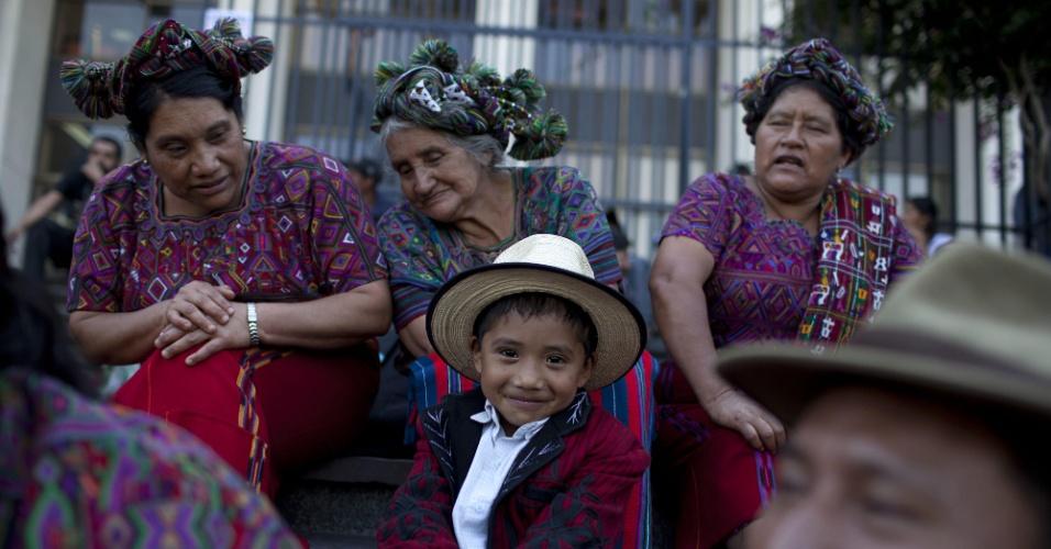 """20.mar.2013 - Criança indígena sorri na Praça de Direitos Humanos na Guatemala. O secretário geral da ONU, Ban Ki-moon, disse que a busca da felicidade está no """"coração"""" do homem, e pediu para o governo ajudar as pessoas que tenham dificuldades durante celebração do Primeiro Dia Internacional da Felicidade"""
