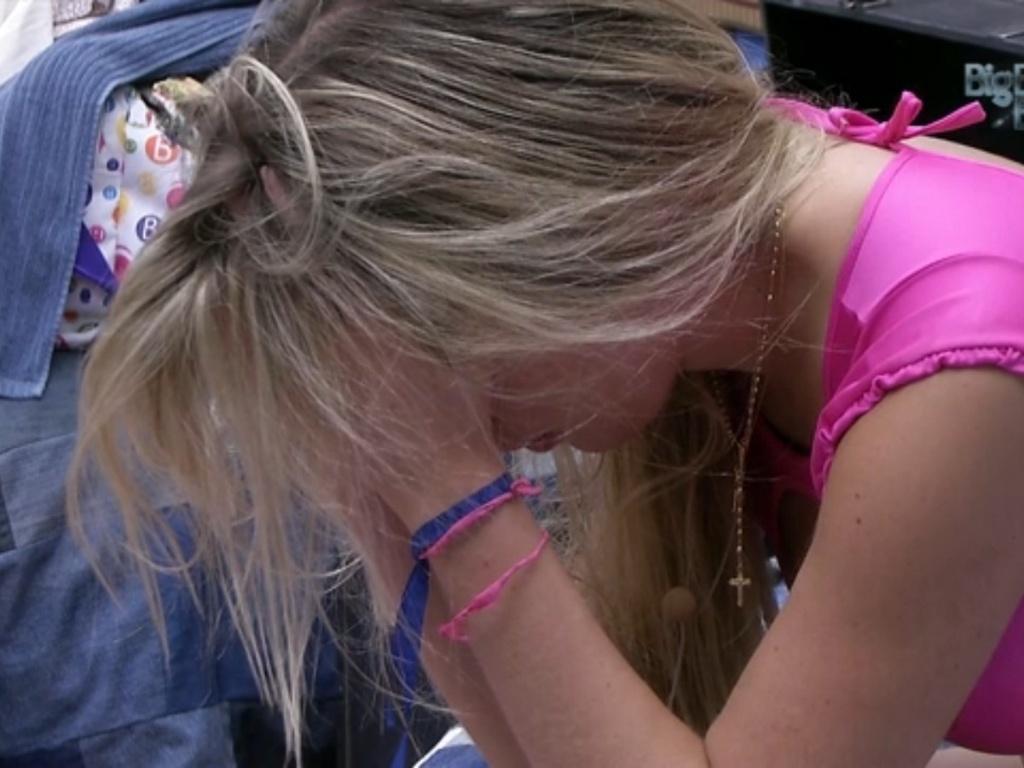 20.mar.2013 - De cabeça baixa, Fernanda chora sozinha no quarto Brechó. Na noite de terça (19), seu