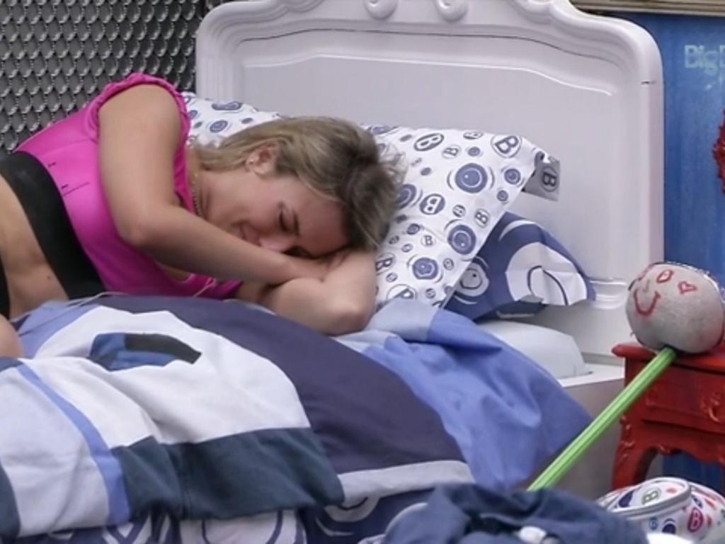 20.mar.2013 - Deitada ao lado de seu boneco, Fernanda chora sozinha no quarto Brechó. Na noite de terça (19), seu
