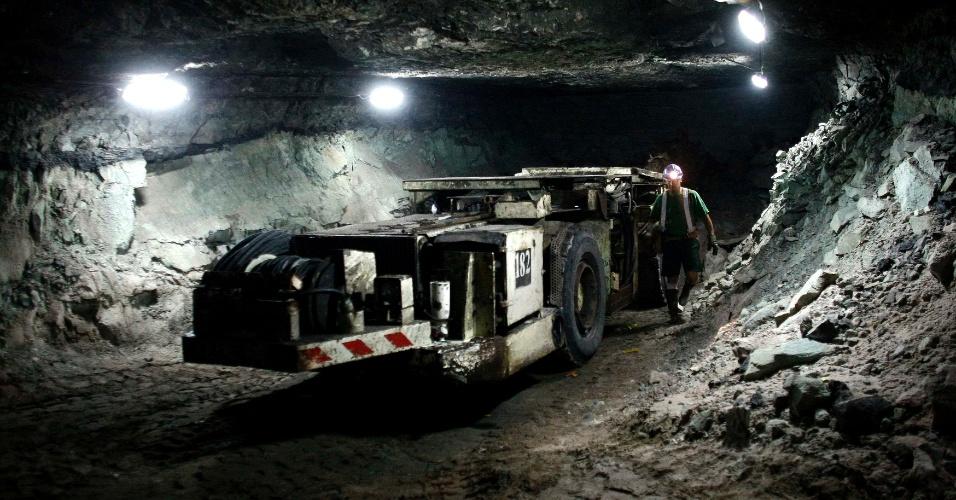 20.mar.2013 - Em imagem de arquivo, trator é usado no trabalho dentro da mina de cobre polonesa de Polkowice-Sieroszowice, em Polkowice, no sudoeste da Polônia. Segundo o operador, KGHM, 19 mineiros estão presos na mina desde terça-feira (19), depois que um tremor de terra causou um desmoronamento