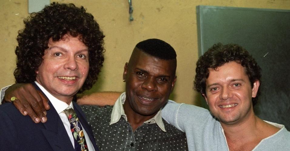 O cantor e compositor Emílio Santiago (ao centro) ao lado de Cauby Peixoto (à esq.) na casa noturna Tom Brasil, em São Paulo, em 1995