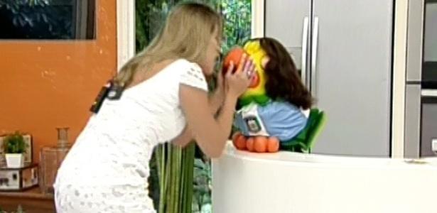 20.mar.2013 - Fani beija Louro José, que se vestiu de Miguel para receber a