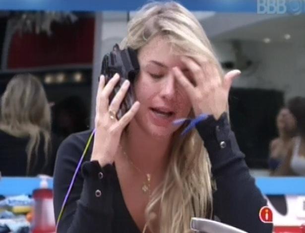 20.mar.2013 - Fernanda brinca fingindo que está ligando para a secretária de Nasser no salão de beleza