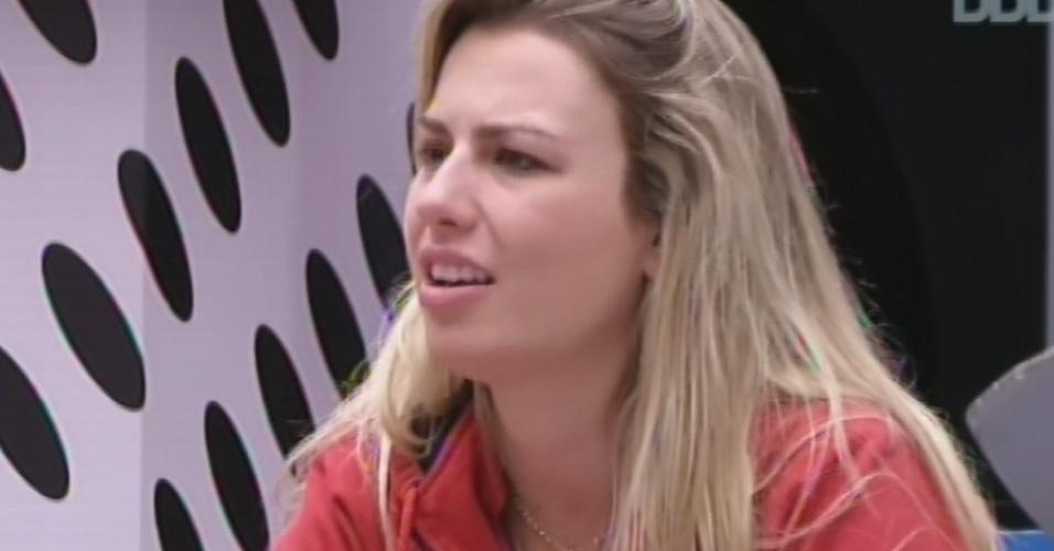 20.mar.2013 - Fernanda conta causos para Andressa, Nasser e Natália