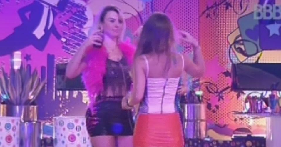 20.mar.2013 - Fernanda e Natália dançam juntas na festa Crazy