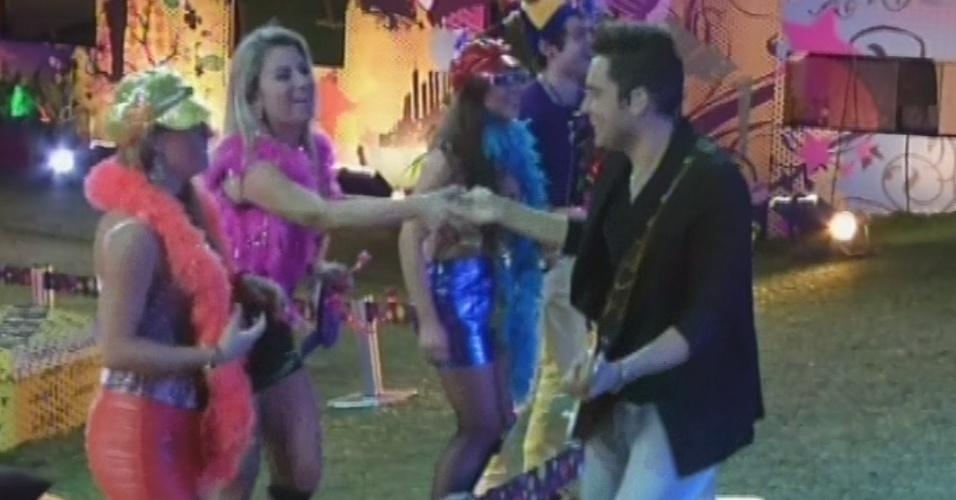 20.mar.2013 - Fernando, da dupla com Sorocaba, cumprimenta os brothers durante show