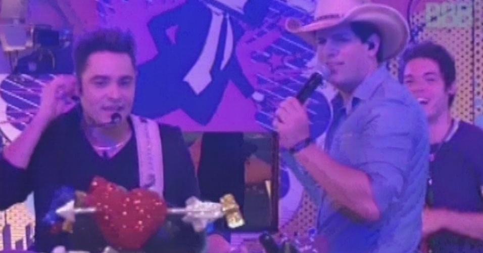 20.mar.2013 - Fernando e Sorocaba conferem as comidas da festa Crazy