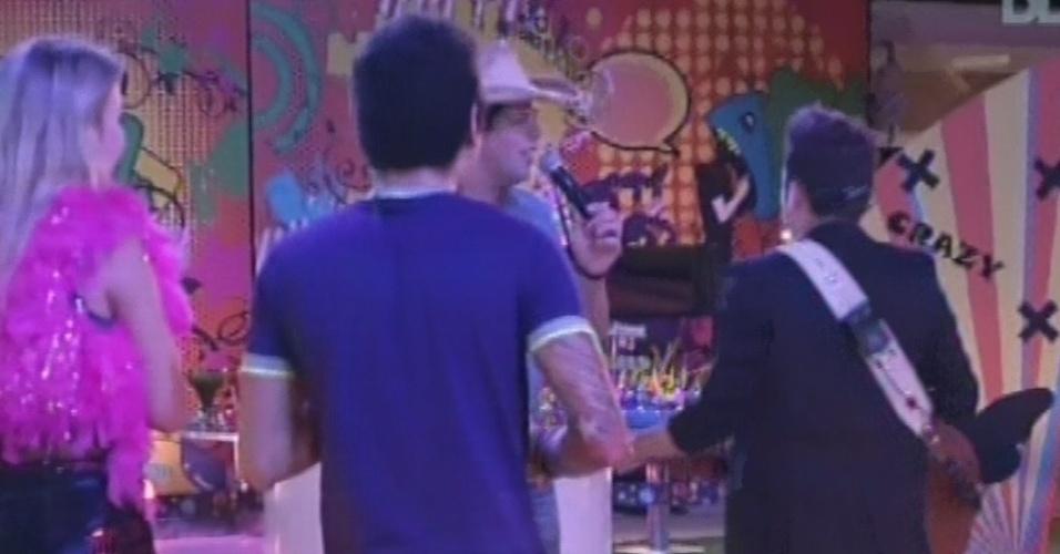 20.mar.2013 - Fernando e Sorocaba descem do palco e cantam em meio a Natália, Fernanda, Nasser e Andressa