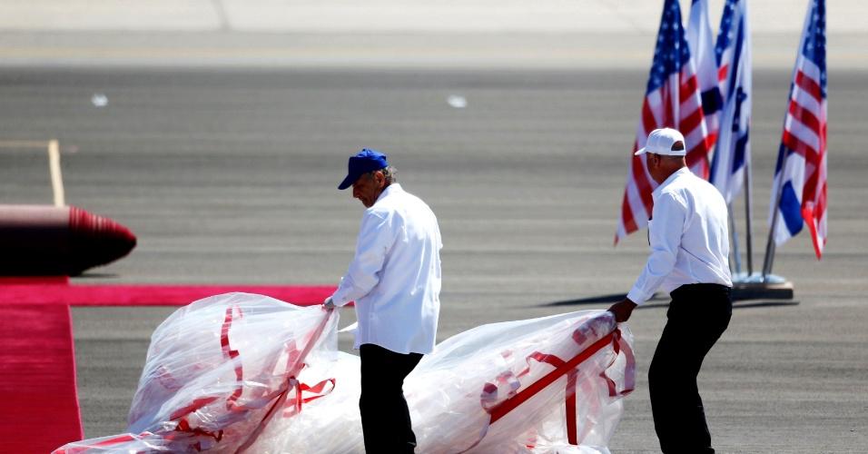 20.mar.2013 - Funcionários do aeroporto de Tel Aviv preparam tapete vermelho para a chegada do presidente dos EUA, Barack Obama. Obama chega nesta quarta-feira (20) a Israel, em sua primeira visita como presidente, para discutir temas como um acordo de paz com palestinos e a suposta ameaça do Irã
