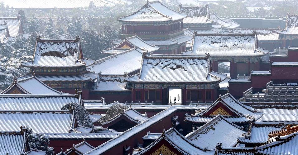 20.mar.2013 - Homem caminha pela Cidade Proibida, no centro de Pequim, após ela ser atingida por uma forte nevasca durante a madrugada