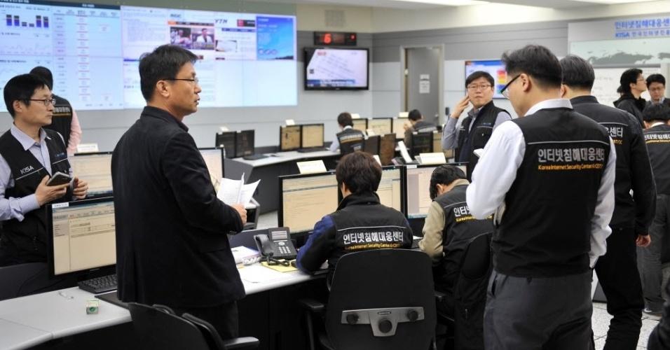 20.mar.2013 - Integrantes da Agência Coreana de Segurança da Internet apuram ciberataques, em área de Seul, capital da Coreia do Sul
