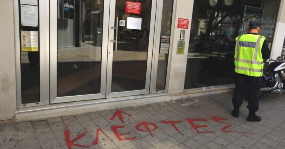 """20.mar.2013 - """"Ladrões"""", diz grafite em entrada de banco no Chipre, na região central de Nicósia, capital do país"""