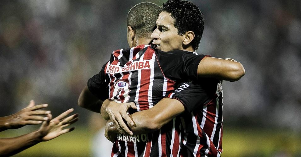 20.mar.2013 - Luís Fabiano é abraçado por Ganso após marcar gol do São Paulo contra o São Bernardo, pelo Campeonato Paulista