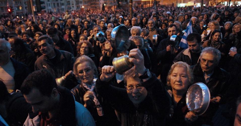 20.mar.2013 - Manifestantes participam de protesto contra as medidas do FMI (Fundo Monetário Internacional) em frente ao Ministério da Macedônia, em Salonica na Grécia nesta quarta-feira (20)
