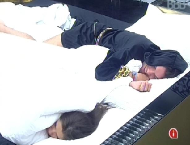 20.mar.2013 - Nasser e Andressa voltam a dormir na manhã desta quarta-feira