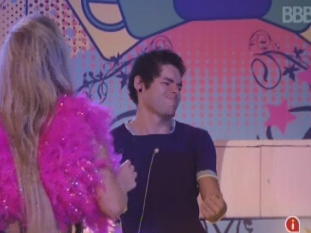 20.mar.2013 - Nasser faz caretas enquanto dança na festa Crazy