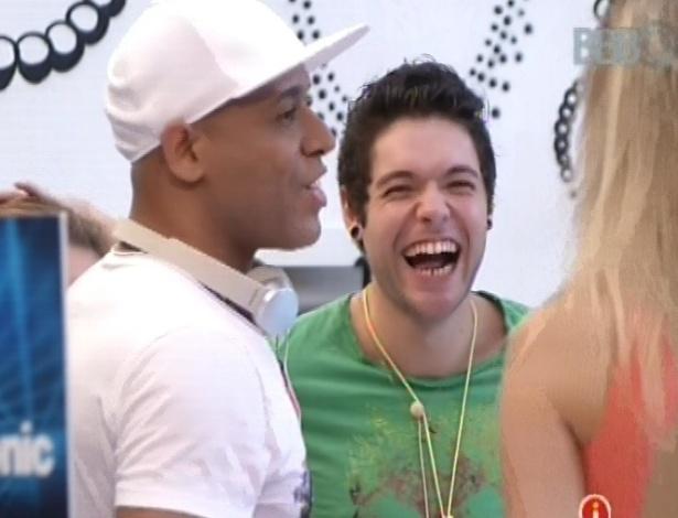 """20.mar.2013 - Nasser, Fernanda e MC Koringa dançam na casa do """"BBB13"""""""