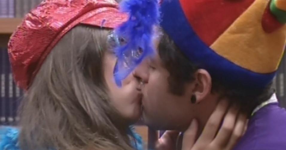 20.mar.2013 - Preparados para a festa, Andressa e Nasser trocam beijos