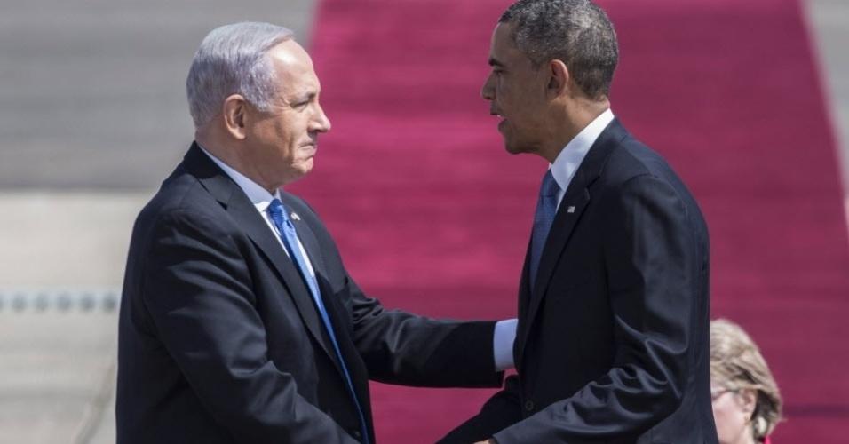 20.mar.2013 - Presidente dos EUA, Barack Obama (direita), cumprimenta o premiê israelense, Benjamin Netanyahu, após pousar no aeroporto Ben Gurion, próximo a Tel Aviv. Em sua primeira visita como chefe de Estado em solo israelense, Obama tentará apaziguar os ânimos de Israel com relação a seus vizinhos palestinos e ao Irã
