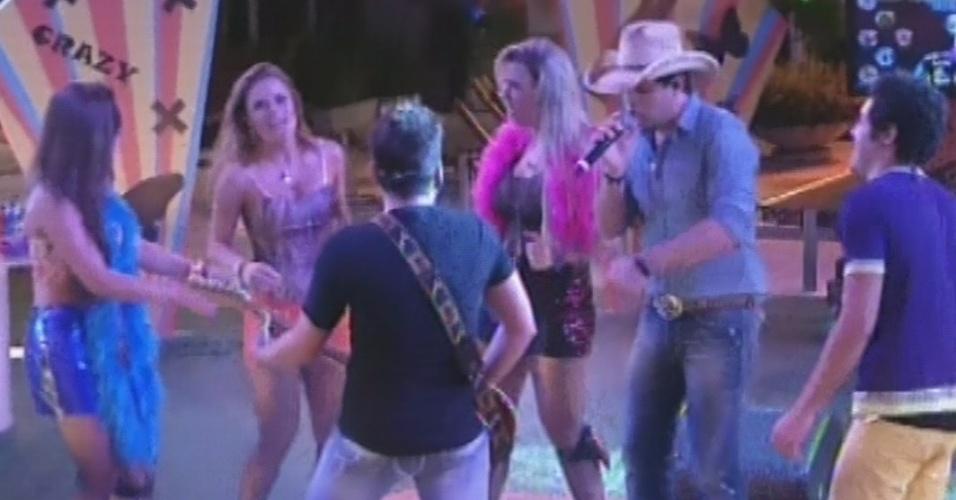 """20.mar.2013 - Sertanejos Fernando e Sorocaba descem do palco para tocar """"Paga Pau"""" no meio dos brothers"""
