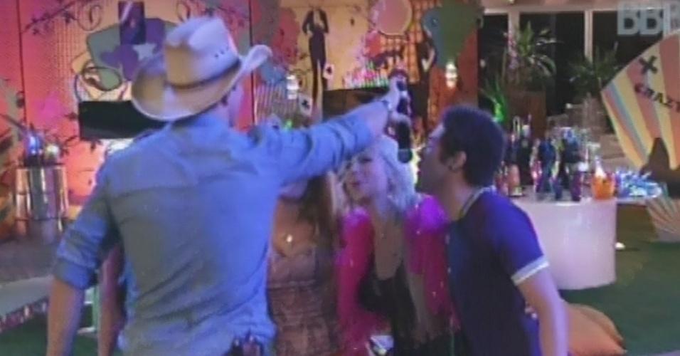 20.mar.2013 - Sorocaba entrega microfone para os brothers cantarem durante festa