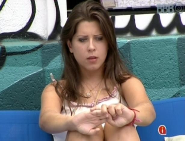 20.mar.2013 - Sozinha, Andressa levanta e descansa na área externa da casa
