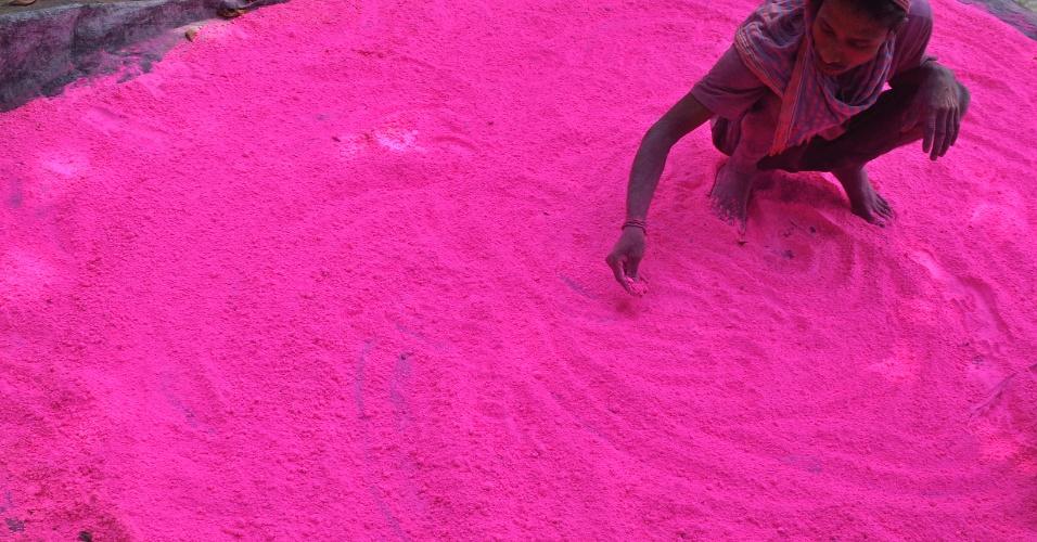 """20.mar.2013 - Trabalhador indiano prepara pó colorido, conhecido como """"gulal"""", para ser usado durante o festival de primavera de Holi, na periferia de Siliguri, na Índia"""
