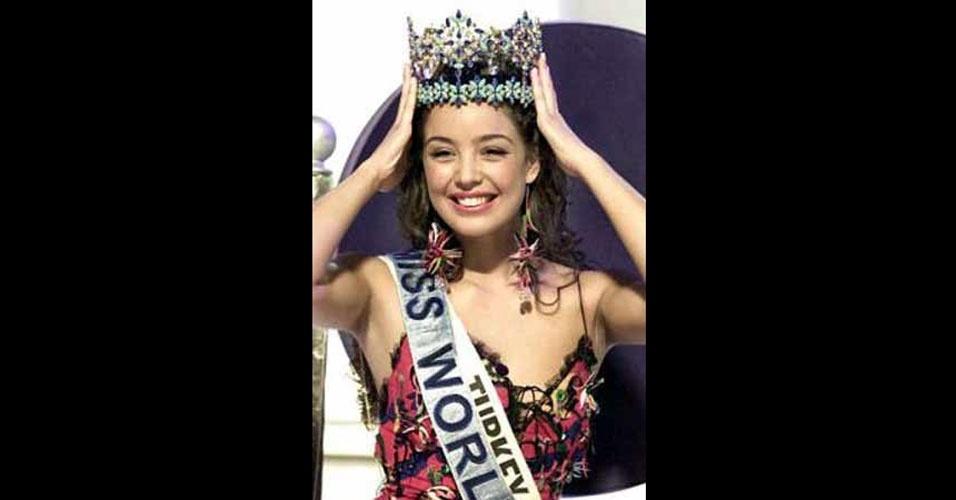 A turca Azra Akin venceu o Miss Mundo 2002, realizado em Abuja, na Nigéria e Londres, no Reino Unido