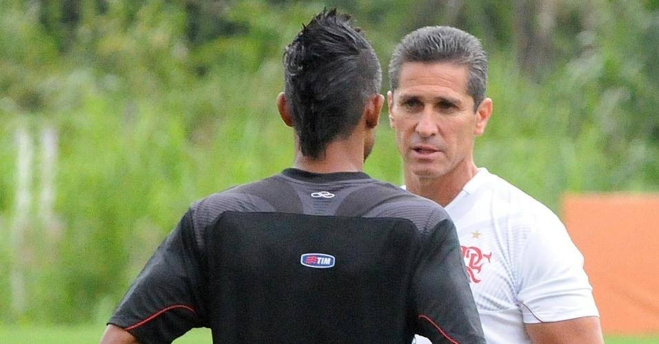 O treinador Jorginho conversa com Léo Moura, atual lateral direito do Flamengo