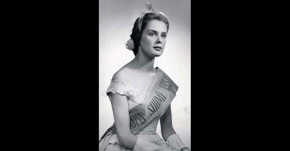 A finlandesa Marita Lindahl venceu o Miss Mundo 1957, realizado em Londres, no Reino Unido