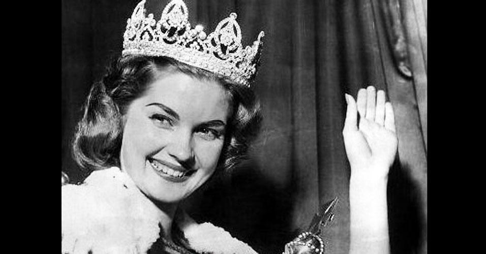 A sulafricana Corine Rottschaefer venceu o Miss Mundo 1958, realizado em Londres, no Reino Unido
