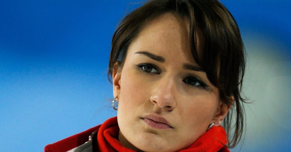20.mar.2013 - A musa russa Anna Sidorova se concentra durante partida no Mundial de curling