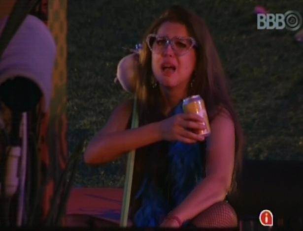 20.mar.2013 - Andressa chora e conversa com a máquina de escolher músicas