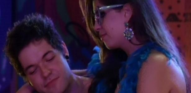 20.mar.2013 - Andressa e Nasser ficam juntinhos durante a festa Crazy