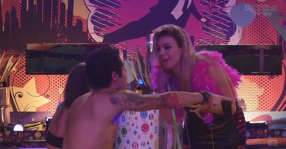 20.mar.2013 - Chateado com Andressa e com ciúmes da máquina de escolher músicas, Nasser dá piti durante a festa Crazy