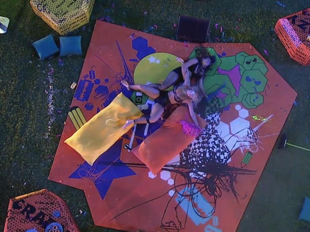 20.mar.2013 - Dançando juntas, Andressa escorrega e leva Fernanda para o chão junto com ela
