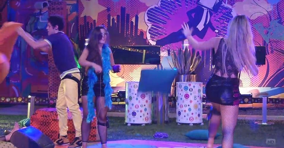 20.mar.2013 - Durante guerra de almofadas no meio da pista de dança, Andressa joga um travesseiro em cima de Fernanda