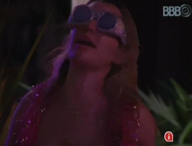 20.mar.2013 - Fernanda diz que seus óculos são ridículos, mas continua usando
