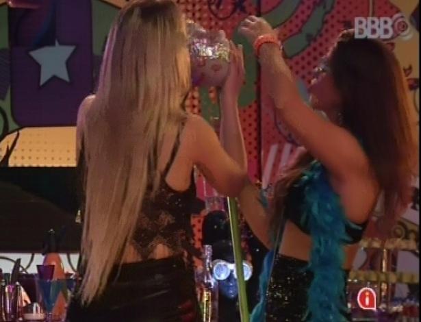 20.mar.2013 - Fernanda e Andressa arrumam coroa do boneco que representa o