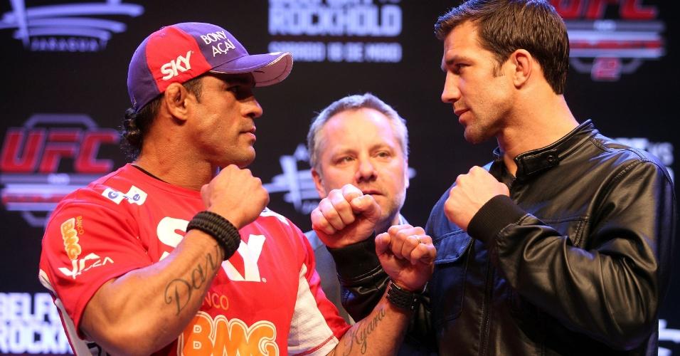 20.mar.2013 - Vitor Belfort e Luke Rockhold se encaram antes do combate em Jaraguá do Sul, em maio, pelo UFC