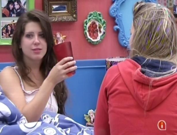 21.mar.2013 - Andressa e Fernanda comentam sobre festa na noite anterior antes de voltarem a dormir